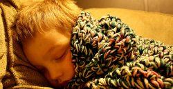 Hét éves kisfiam, Dodó csak kis lámpa mellett akar aludni. Állandó vita téma ez a családban, mert a férjem szerint ez egészségtelen, és csak sötétben lehet rendesen aludni.