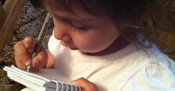 Hat éves kislányom nagyon érdeklődik a betűk iránt. Még óvodába jár, jövőre kezdi az iskolát. Szereti lemásolni, amit mi írunk neki. Emiatt viszont nem tanulja meg a betűket. Mi az a módszer vagy feladat, ami segítene?