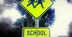 Kisfiam hat éves lesz áprilisban, szeptemberben kezdhetné az iskolát. Már érdeklődik az iskola iránt, nagyon lelkes, de elbizonytalanodtam az iskolaérettségével kapcsolatban. Még nem alakult ki nála a kezesség, hol egyik kezét, hol a másikat használja. Így is érdemes elkezdeni szeptemberben az első osztályt?
