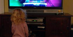 Féléves kislányommal vagyok otthon. Gyakran előfordul, hogy ő is kíváncsian fordul a képernyő felé, amikor tévét nézek. Hallottam olyasmit, hogy ebben a korban már tévézhetnek a gyerekek, mivel bizonyos műsorok fejlesztően hathatnak az értelmi képességeikre. Mennyi idős kortól ajánlott a gyerekeknek a televíziózás?