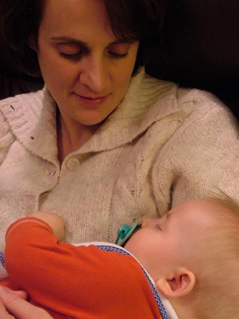 Két kislány édesanyja vagyok, és felfigyeltem rá, hogy nemcsak én, de más anyák is általában a bal kezükben tartják a kicsiket. Érdekelne, hogy miért van ez így? Van erre tudományos magyarázat?