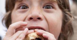 Három éves óvodás kislányunk újabban válogatni kezdett az ételek között. Hagyjuk rá, vagy ne engedjük, hogy olyat is egyen, amit nem szívesen adunk neki?